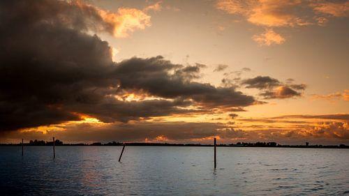 Sonnenuntergang mit dunklen Wolken von