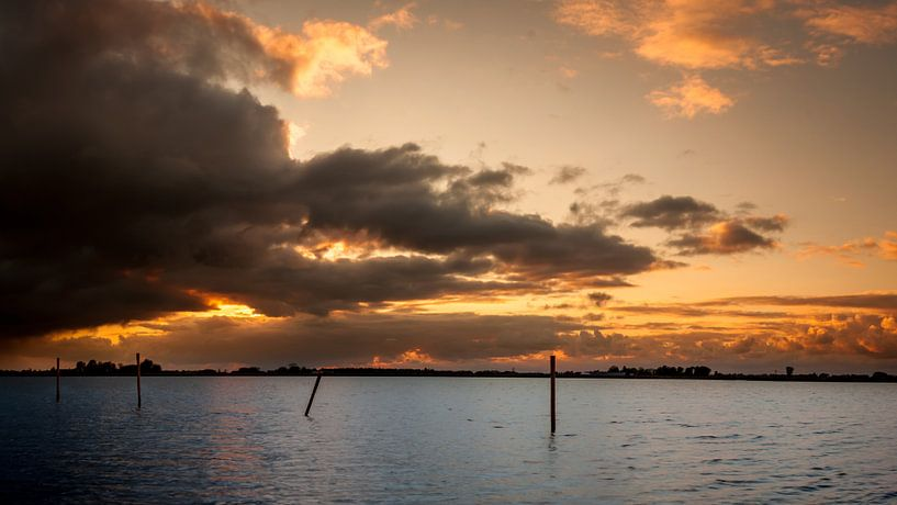 Sunset with dark clouds sur Roy Kosmeijer
