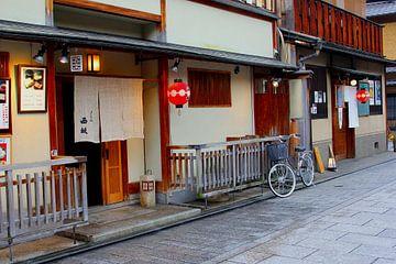 Vélo dans la vieille rue, Gion, Kyoto, Japon sur Inge Hogenbijl