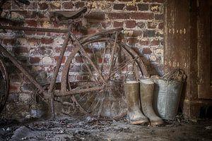 Fragment van roestige fiets van Manja van der Heijden