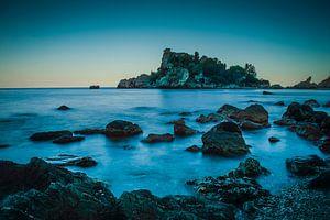 sicilie isabella taormina zee met berg op fotoposter of  wanddecoratie