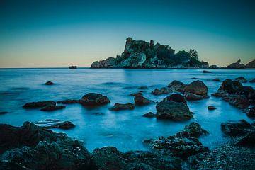 sicilie isabella taormina zee met berg op fotoposter of  wanddecoratie van Edwin Hunter
