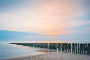 Paalhoofden in pastelkleurige zonsondergang op Schouwen Duiveland (1) van