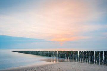 Paalhoofden in pastelkleurige zonsondergang op Schouwen Duiveland (1) von Rob IJsselstein