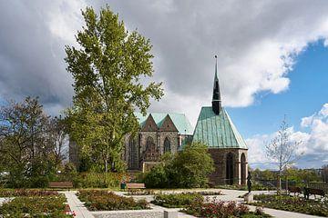 Magdalenenkapelle en Petrikirche in de oude binnenstad van Maagdenburg van Heiko Kueverling
