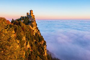 San Marino kasteel mist zonsopkomst