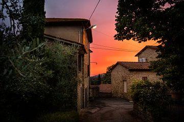 Zonsondergang in een Toscaans dorpje van Leonard Walpot