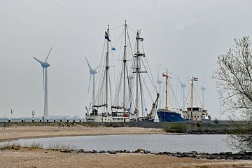 Ancien et nouveau dans le port d'Urk sur Tjamme Vis