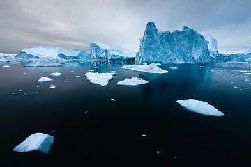 Lichtblauwe ijsberg in diep zwarte oceaan van Martijn Smeets