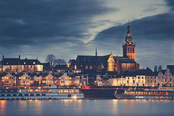 Waalkade Nijmegen bij nacht van Edwin van Wijk