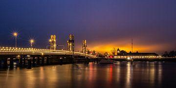 Stadtbrücke Kampen über den Fluss IJssel unter einem farbigen Sonnenuntergang von Arthur Scheltes