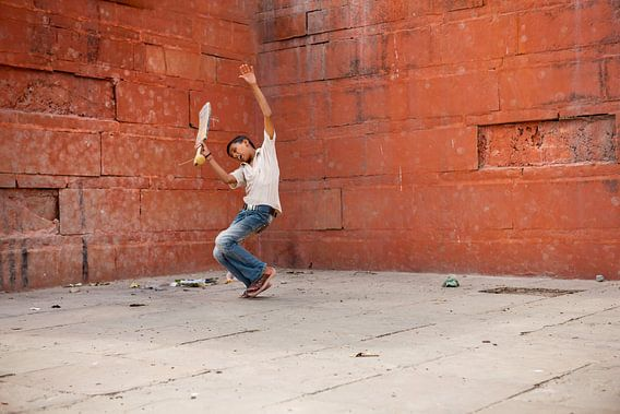 Jongen die cricket speelt in Varanasi India. Wout Kok One2expose