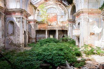 Église abandonnée en décomposition. sur Roman Robroek
