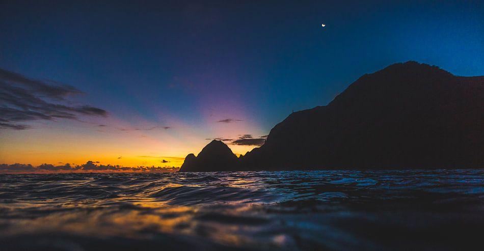 Sumbawa zonsondergang 2 van Andy Troy