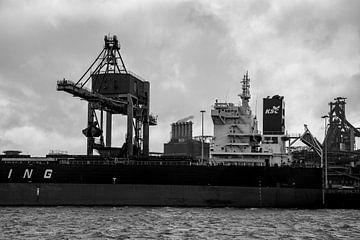 Schiffe im Hafen beim Entladen unter dem Kran. von scheepskijkerhavenfotografie