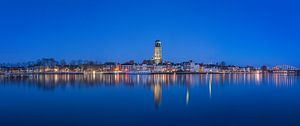 Panorama foto van De welle in Deventer tijdens het blauwe uur  van