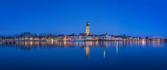 Panorama foto van De welle in Deventer tijdens het blauwe uur