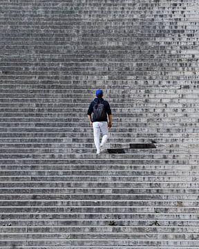 Abstracte foto van een man die de trap op loopt in parijs van Yordy Baglieto