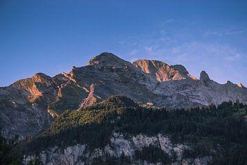 Eerste zonlicht op de bergtop von Sasja van der Grinten