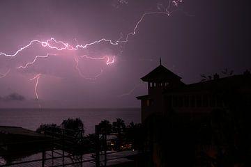 Donder en Bliksem bij nacht over zee van Paul Franke