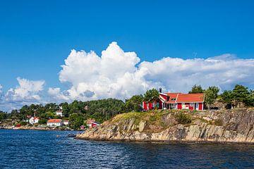 Huizen op een archipel-eiland voor de stad Arendal in Noorwegen van Rico Ködder