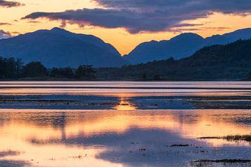 Zonsondergang, water en bergen bij Glencoe in Schotland