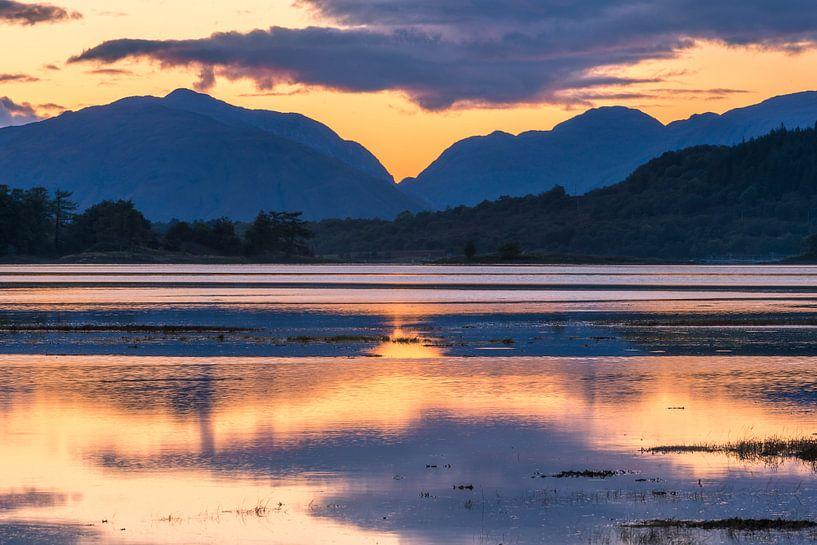 Zonsondergang, water en bergen bij Glencoe in Schotland von Rob IJsselstein