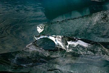 Drijvend stuk ijs in gletsjermeer Jökulsárlón, IJsland van Anne Ponsen