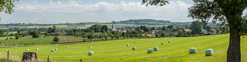 Panorama van kerkdorp Holset in Zuid-Limburg van John Kreukniet