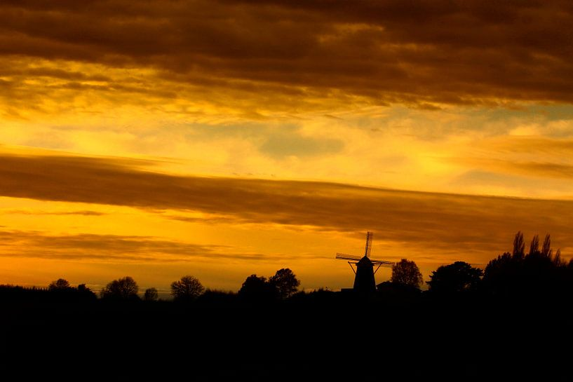 Zonsondergang bij de  hoogst gelegen windmolen van Nederland. Op de Vrouwenheide . van John Kreukniet
