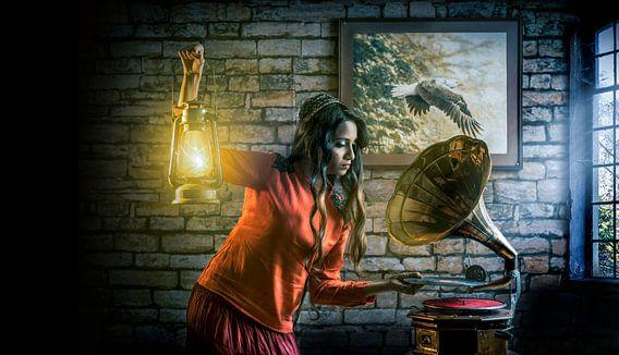 Frau mit Öllampe stellt eine Grammophontafel auf
