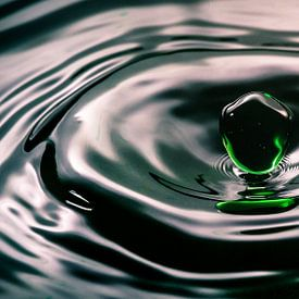 Wassertropfen hängen über dem Wasser von Fotografiecor .nl