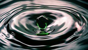 Waterdruppel hangt boven het water