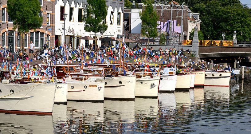 Een rij bakdekkruisers in de haven van Amersfoort. van Cees Laarman