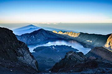 Ochtendschaduw op vulkaan Rinjani van