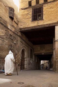 Man met wandelstok in de oude medina van Fez van Antwan Janssen