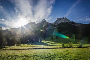Zon achter de bergen van