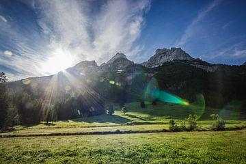 Sonne hinter den Bergen von Sasja van der Grinten