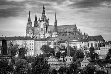 Hradschin in Prag in schwarz / weiss von Jan Schuler