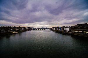 Een blik over de Maas in Maastricht van