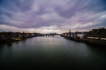 Een blik over de Maas in Maastricht van Satur8 .nl