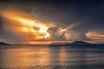 onder gaande zon aan de kust van