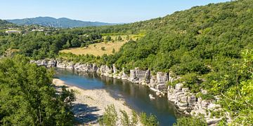 Uitzicht op de rivier de Ardèche in het zuiden van Frankrijk in het departement Ardèche 3. van PhotoArt Thomas Klee
