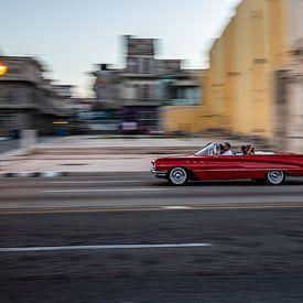 rode oude auto op de malecon Havana van Eric van Nieuwland