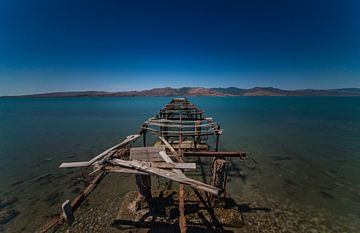Ruinierter Pier an der Kalloni Bucht. von Pieter van Roijen