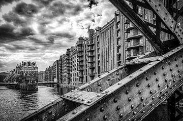 Brücke und Fassaden in Speicherstadt Hamburg in schwarz-weiss von Dieter Walther