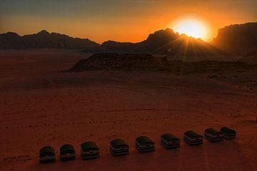 Wüstencamp Wadi Rum Wüste Jordanien bei Sonnenuntergang von Bart Schmitz