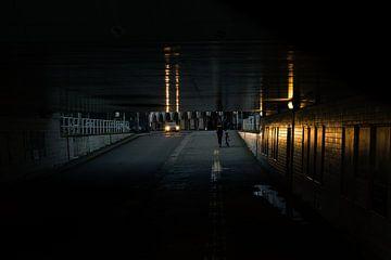 Viaduct die verlicht word door de aankomende auto van Koen Verburg