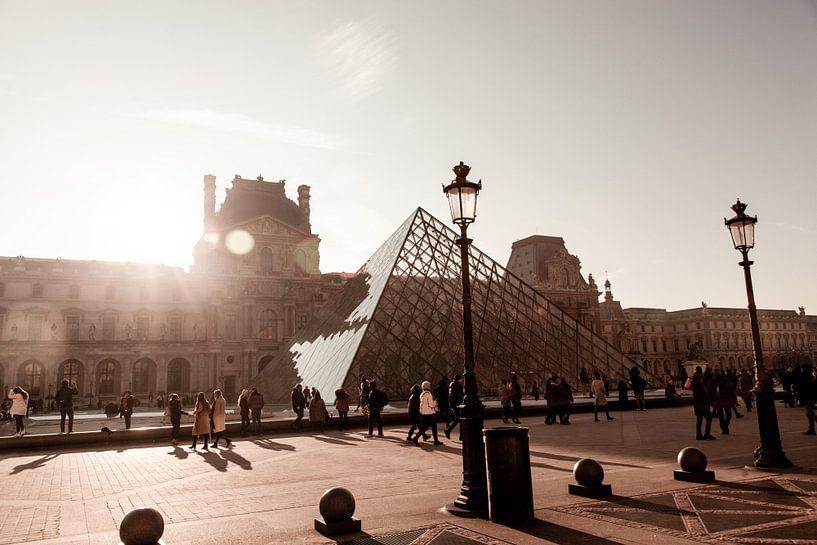 Sfeervolle foto van het Louvre in Parijs van Stefanie van Beers