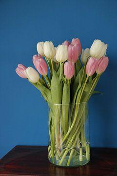 Vaas met Tulpen van Cora Unk